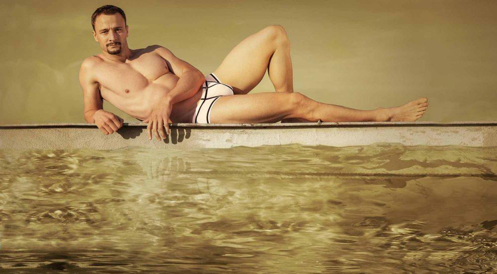"""Sexy Herrenbekleidung BEUN steht für eine neue Art der Wäsche. Zwei Welten werden in einem Produkt vereint, Bade- & Unterwäsche """"Beach- & Underwear"""". Die Basic-Serie bietet sechs knackige Teile in 9 phantastischen Farben. Für jeden Anlass das richtige BASIC! BEUN-Wäsche ist leicht transparent, wird sie feucht, lässt sie sogar klare Konturen erkennen- Sexapeal pur. Dabei liegt sie seidig weich auf der Haut und ist schnell trocknend. In der STRIPP SERIE findest du Weltneuheiten mit praktischen Mini-Klickverschlüssen, die extra stark zusammenhalten, aber - wenn gewollt - schnell öffnen können. Bei der STRIPE SERIE lass einfach dein Gegenüber der Linie folgen und schon kommt Ihr beide zum Ziel, egal ob im Bett, Büro, Wasser oder ...! WOJOER produziert hochwertig auf deutschem Qualitätsniveau lokal in Sachsen. Herrenunterwäsche und Herrenbademode wird von dem WOJOER Designer-Team entwickelt und designed. Dann wird im Haus der Schnitt angefertigt, gradiert, zugeschnitten, genäht und verpackt. Alles unter einem Dach in der Wonneberger-Manufaktur. Deutsche Näherei, made in Germany, fair und lokal."""
