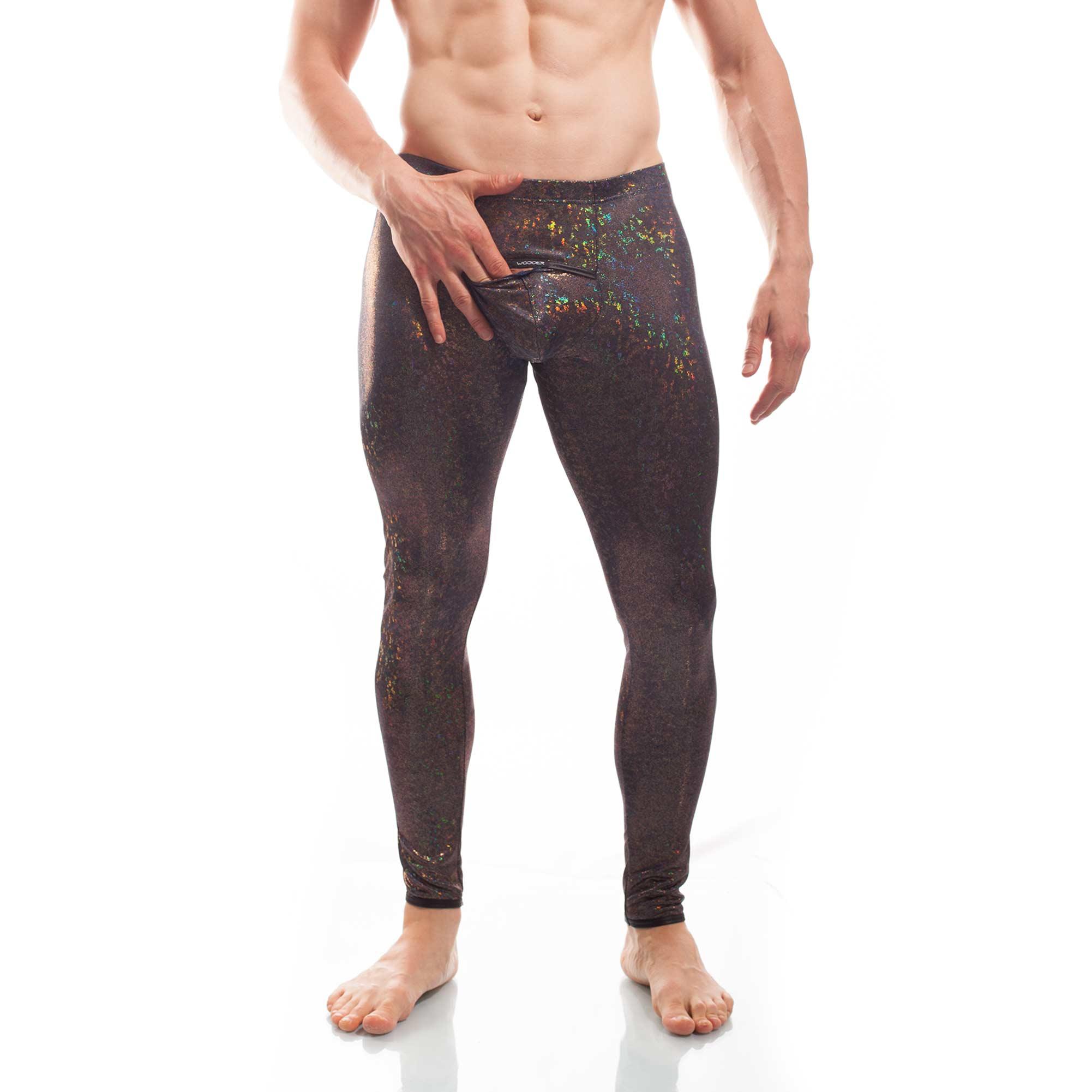Bunt schimmernde Leggings mit schwarzen Kunstlederbündchen, aufgesetzter Tasche am Po und verstecktem Eingriff auf dem Suspensorium.