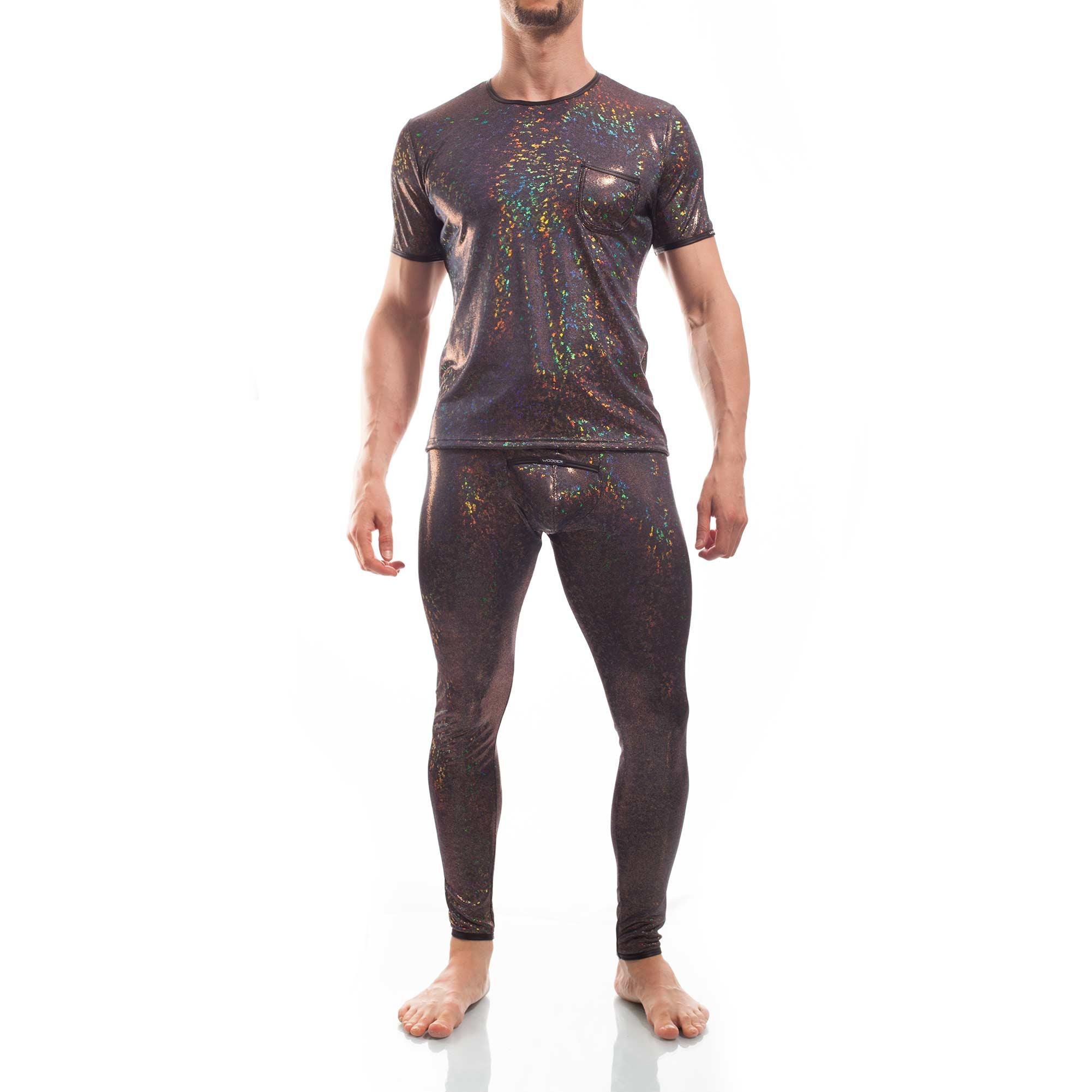 Bunt schimmernde Leggings mit schwarzen Kunstlederbündchen, aufgesetzter Tasche am Po und verstecktem Eingriff auf dem Suspensorium. Bizarre bunt schimmerndes Shirt mit aufgesetzer Tasche und Lederbündchen