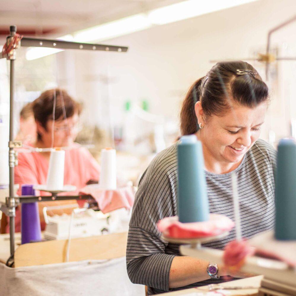 """Bruno Banani schließt seine Produktion in Deutschland  Der Modetextil Hersteller Bruno Banani hat bedauerlicherweise seine langjährige Produktion in der """"Stadt der Moderne"""" Chemnitz eingestellt. Demzufolge sind auch einige Arbeitsplätze in Gefahr geraten. Wir haben 3 Talentierten Näherinnen die Chance geboten bei…"""