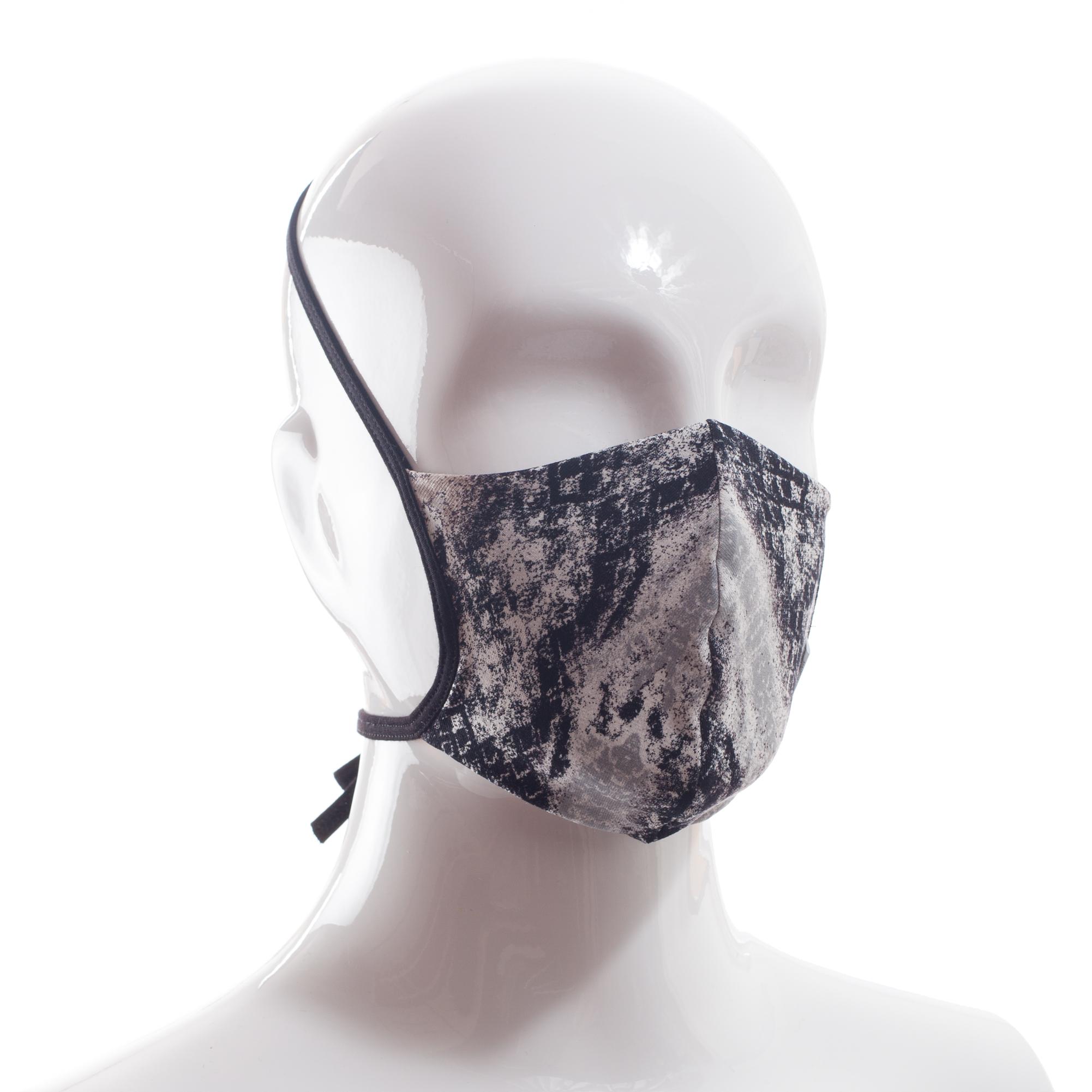 Die Baumwoll-Polyester Mund-Nasen Maske BWPM4 von der Wonneberger Manufaktur ist eine textile Behelfsmaske, kein zertifizierter Mundschutz.  Sie schützt nur bedingt vor Ansteckung. Ihr eigentlicher Zweck ist es, den Atem des Trägers zu filtern und dadurch seine Umgebung zu schützen.  Daher muss die…