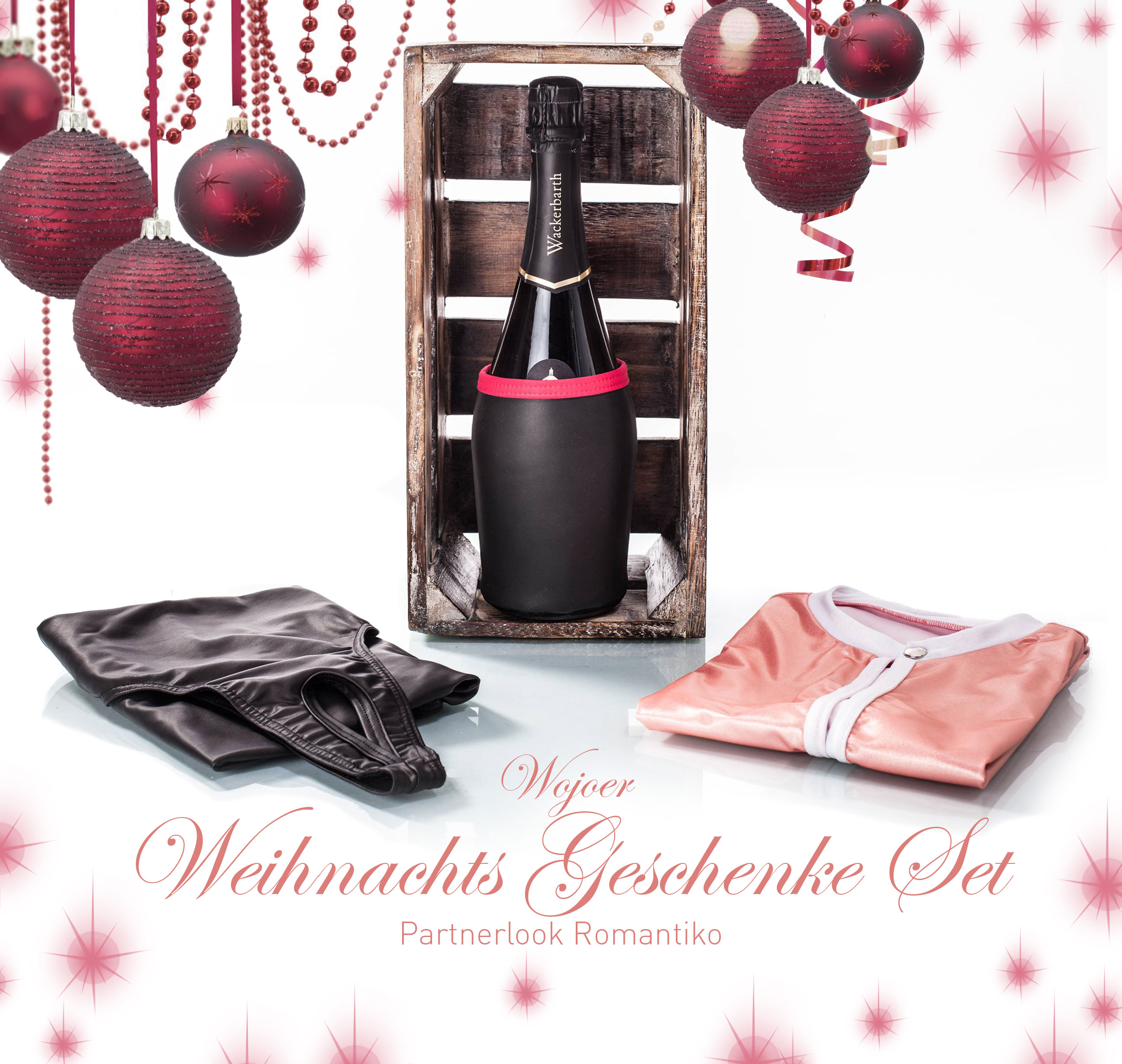 Ihr wollt euch mal wieder etas gönnen? Euch gegenseitig verwöhnen, Zeit zu zweit verbringen und sie in vollen Zügen auskosten? Das edle Wojoer Geschenkset in der hochwertigen Vintage Holz Box ist genau das Richtige, um euch auf einen perfekten Abend zu zweit einzustimmen. Der luxuriöse Schaumwein von August dem starken aus dem berühmten Weingut Schloss Wackerbarth aus Sachsen bleibt mit dem einzigartigen Neopren Champagnerkühler angenehm temperiert, während ihr zwei in die samt weichen Leder Outfits aus veganem Leatherlike schlüpft. Das prickelnd feine Material wird eure Begierde nach sanften Berührungen bereits bei der Anprobe aufflammen lassen. Wenn ihr euch dann im warmen Kerzenlicht tief in die Augen schaut und genüsslich mit dem aromatischen Champagner aus sächsischen Weißweintrauben und dem Aromaspiel aus Zitrusfrüchten und Honigmelone anstoßt, wird euch die Versuchung ein lustvolles Kribbeln in den Bauch zaubern. Nun liegt es an euch, wie lange ihr die elektrisierende Spannung zwischen euch ertragen könnt, bevor ihr der Wonne nachgebt und die Vorzüge der verführerischen Ouvert Outfits erkundet. Genießt und entdeckt euch neu auf hohem Niveau! Mit dem Wojoer Geschenkset.
