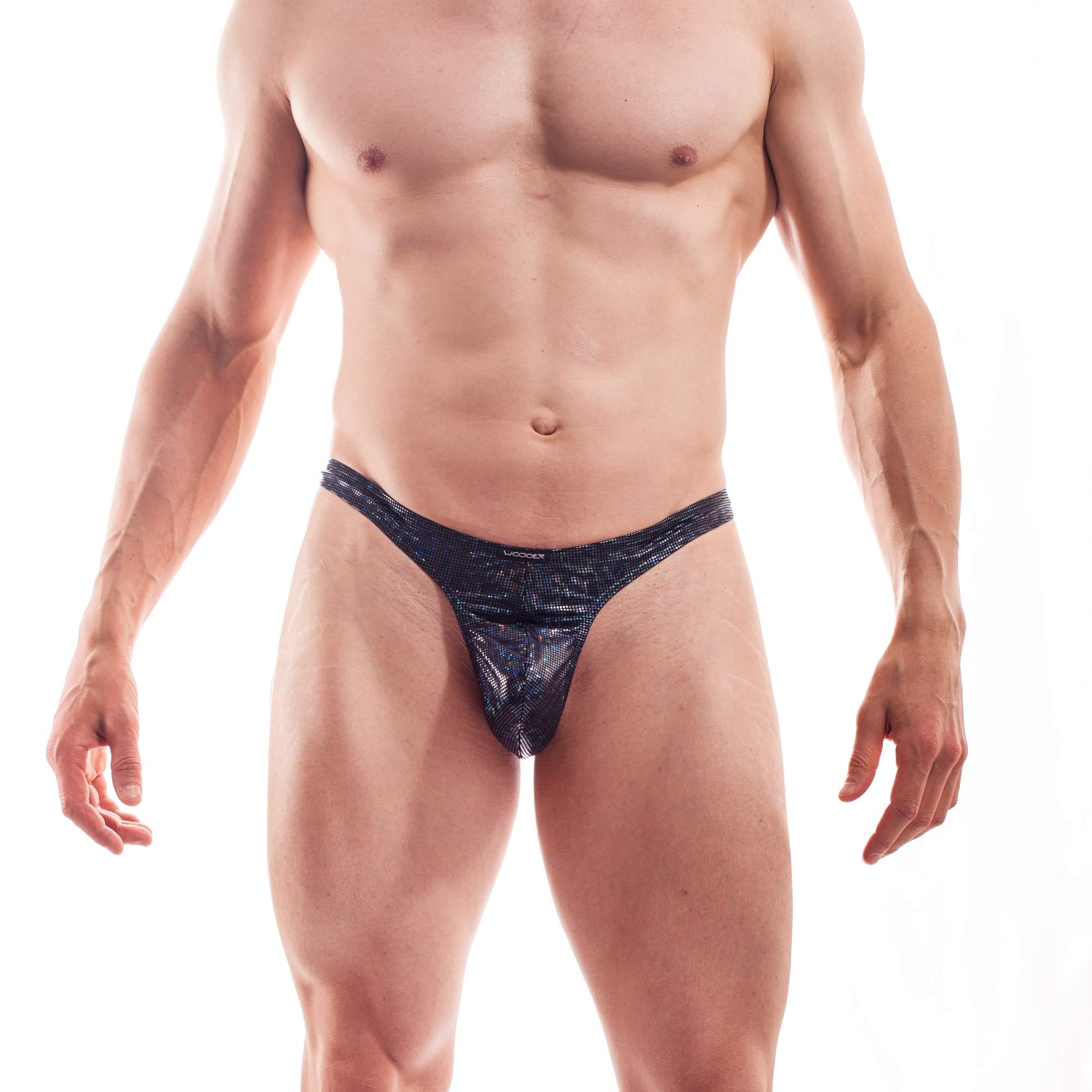 Dieser Black Jack Schmalissimo 399E700 gehört zu den Wojoer LIVE-Produkten. Sie werden ab Bestellung bei uns produziert. So können wir auf Kundenwünsche individuell eingehen. Größen Erhältlich in den Größen S, M, L, XL Materialzusammensetzung 94% Polyester, 6% Elasthan  93% Polyester, 7% Elasthan Besonderheiten LIVE-Produkt | dehnbarer glitzernder…