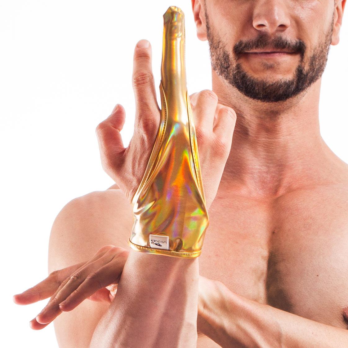 Der geschmeidige Golden Line Goldfinger 364F1B-Ware aus Gold glänzenden Lederimitat mit holografischen Effekt, gehört zur Kategorie Sale.  An der Innenseite des Fingers ist ein minimaler Nahtfehler aufgetreten, siehe Produktbilder. Größen Einheitsgröße Materialzusammensetzung Lederimitat: 80% Polyester | 12% Polyurethan | 8% Elasthan Besonderheiten LIVE Produkt | holografischer Effekt…